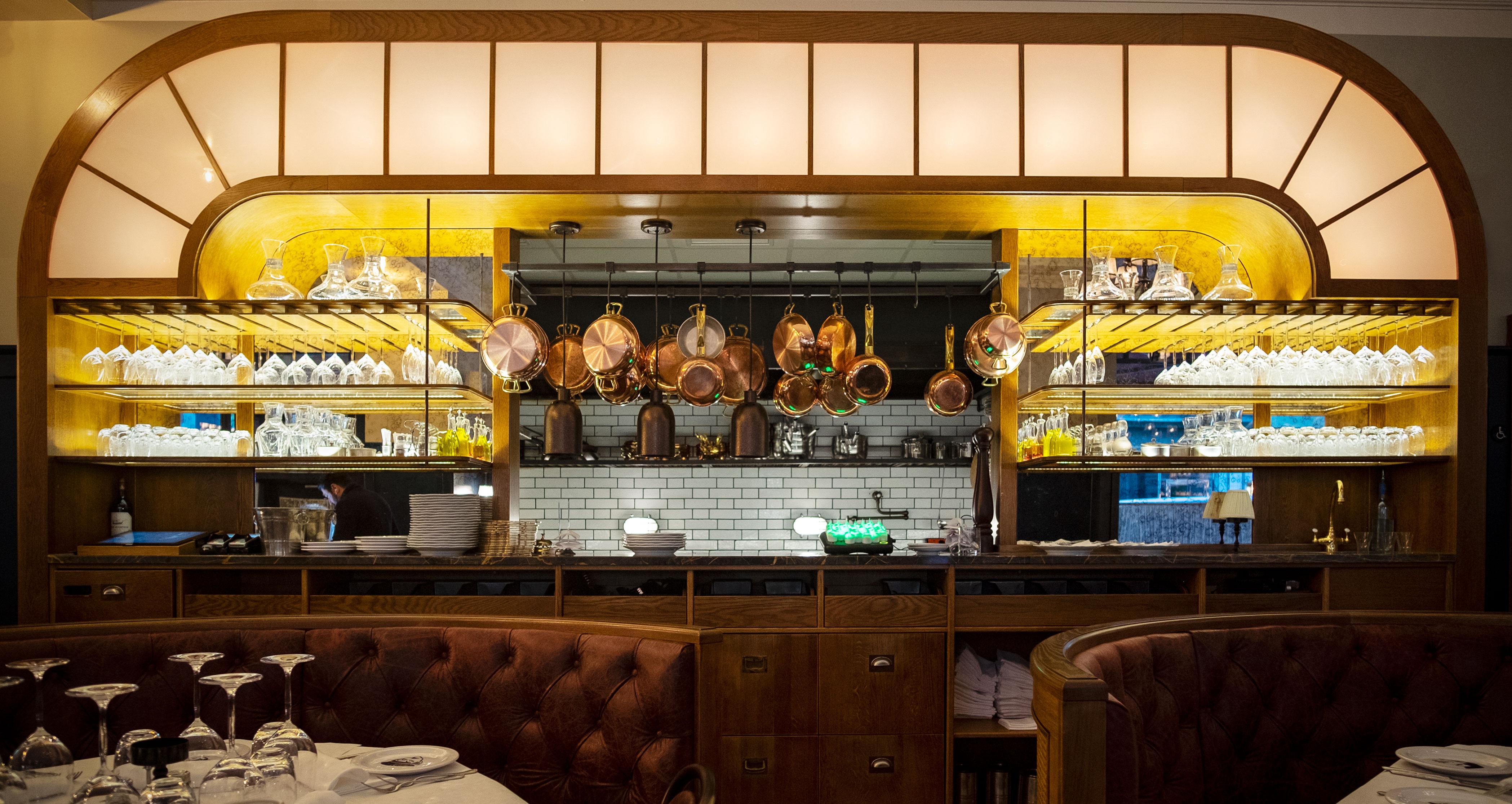 Glasfond mot köket på Ciccio's restaurang byggd av Lerch snickeri