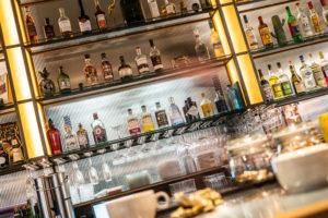 Hyllsektion i baren på Regeringsgatan 21
