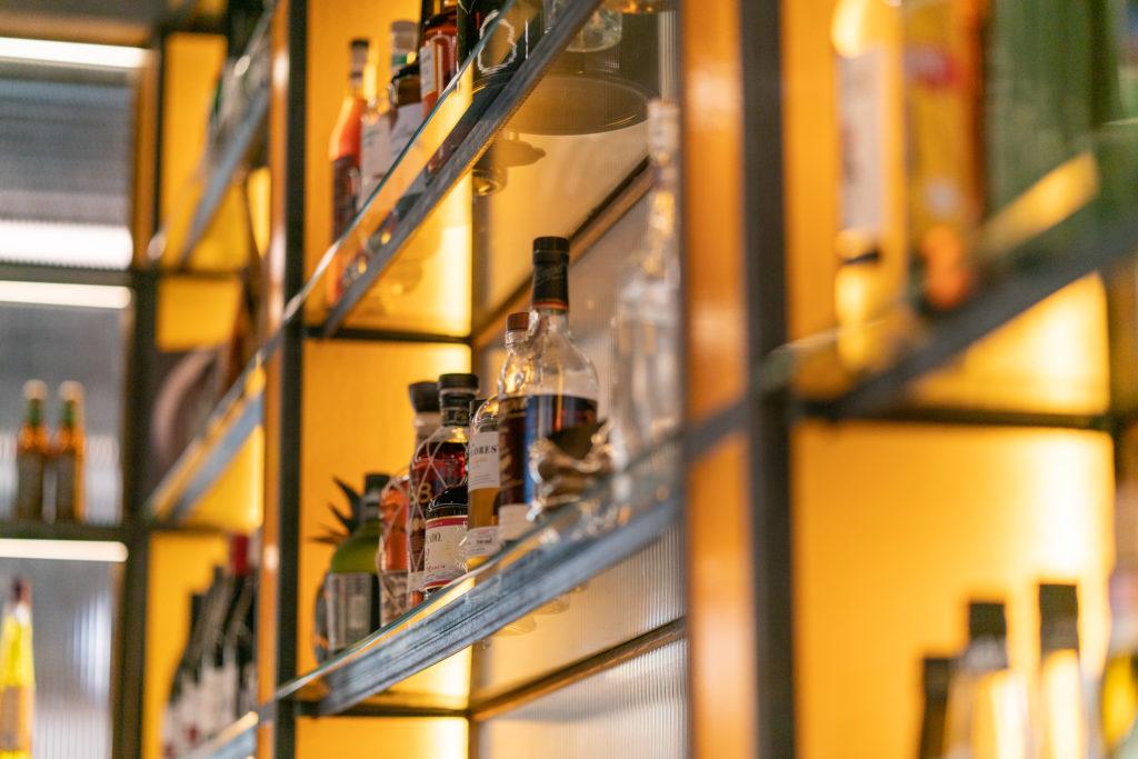 Detalj av hyllsektion i baren på restaurang Regeringsgatan 21