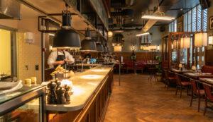 Bar mot köket på restaurang Gioia Lerch Träinredningar