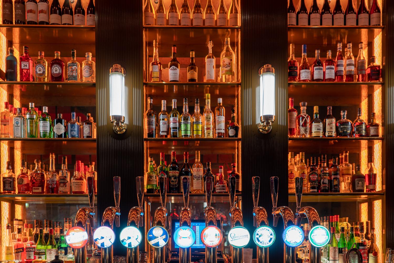 Barhylla och öltappar på restaurang Tennstopet Grill Lerch Träinredningar