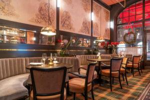 Välvda soffor på restaurang Tennstopet Grill Lerch Träinredningar