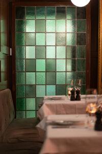 Grön glasmosaik på restaurang Tennstopet Grill Lerch Träinredningar