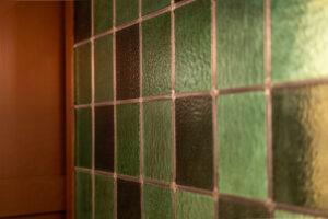 Grön glasmosaik detalj på restaurang Tennstopet Grill Lerch Träinredningar