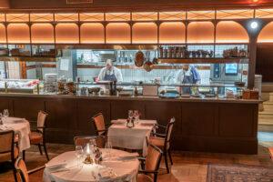 Kockar i köket på restaurang Tennstopet Grill Lerch Träinredningar
