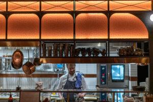 Kock i köket på restaurang Tennstopet Grill Lerch Träinredningar