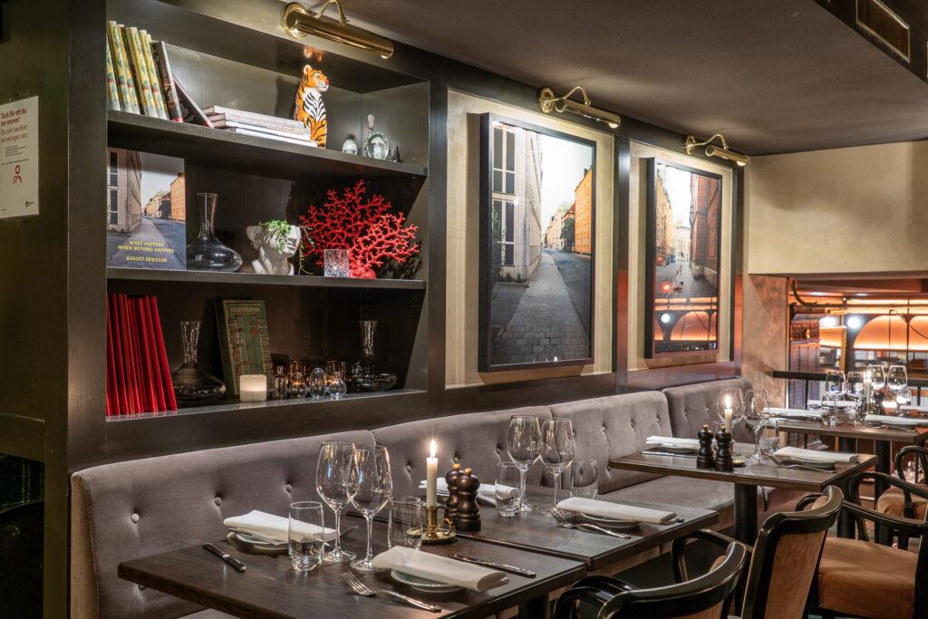 Soffor och bord på restaurang Tennstopet Grill Lerch Träinredningar