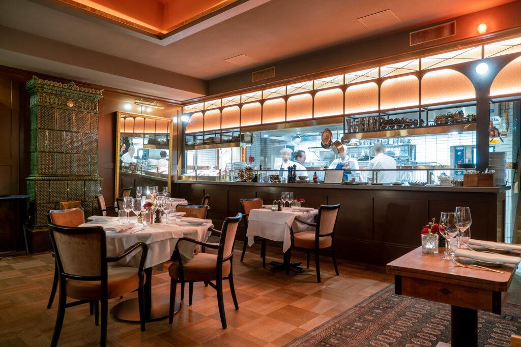 Matsal med blick över köket på restaurang Tennstopet Grill Lerch Träinredningar