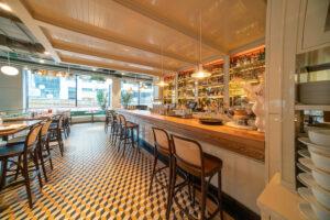 Bardisk översiktsbild på restaurang Jaqueline's Lerch Träinredningar