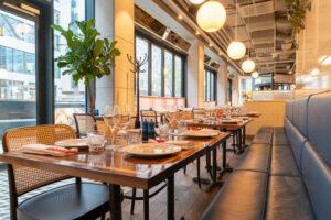 Bord med soffa på restaurang Jaqueline's Lerch Träinredningar