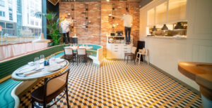 Översiktsbild matsal med personal på restaurang Jaqueline's Lerch Träinredningar