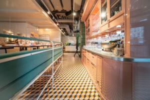 Vitrinskåp översiktsbild på restaurang Jaqueline's Lerch Träinredningar