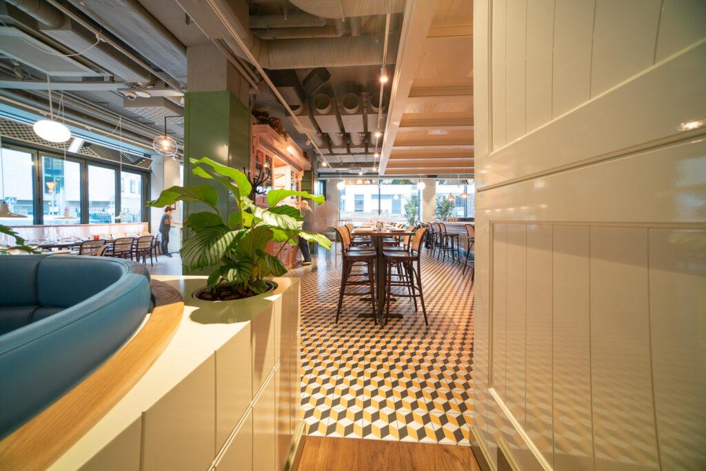 Barbord och väggpanel på restaurang Jaqueline's Lerch Träinredningar