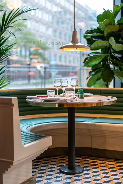 Platsbyggd soffa och bord på restaurang Jaqueline's Lerch Träinredningar