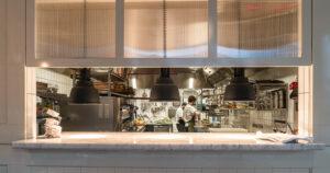 Utlämningslucka kök på restaurang Jaqueline's Lerch Träinredningar