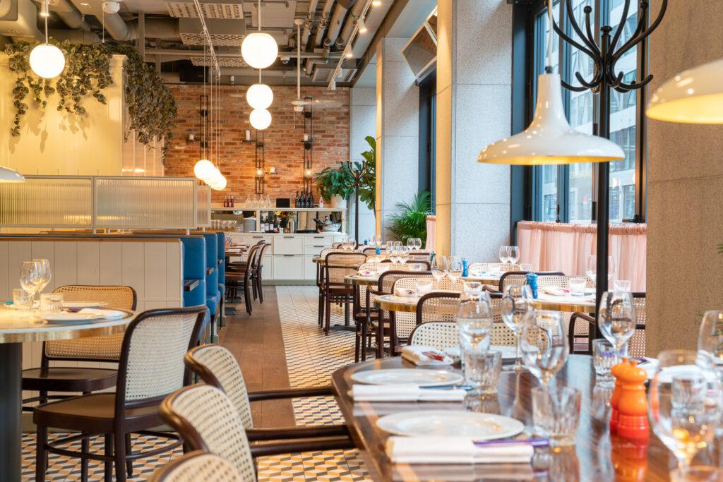 Matsal översiktsbild på restaurang Jaqueline's Lerch Träinredningar