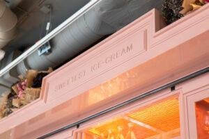 Snickeridetalj vitrinskåp på restaurang Jaqueline's Lerch Träinredningar