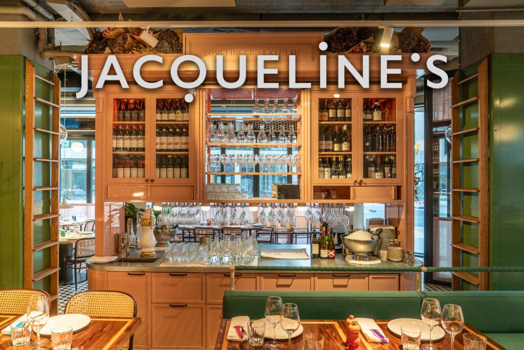 Vitrinskåp med logotyp på restaurang Jaqueline's Lerch Träinredningar