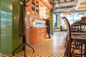 Översiktsbild vitrinskåp med personal på restaurang Jaqueline's Lerch Träinredningar