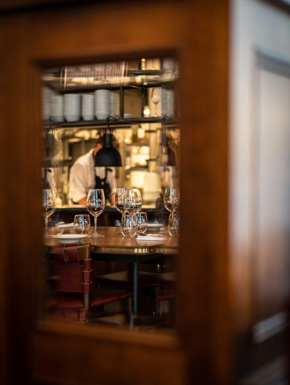 Spegelbild köket på restaurang Gioia Lerch Träinredningar